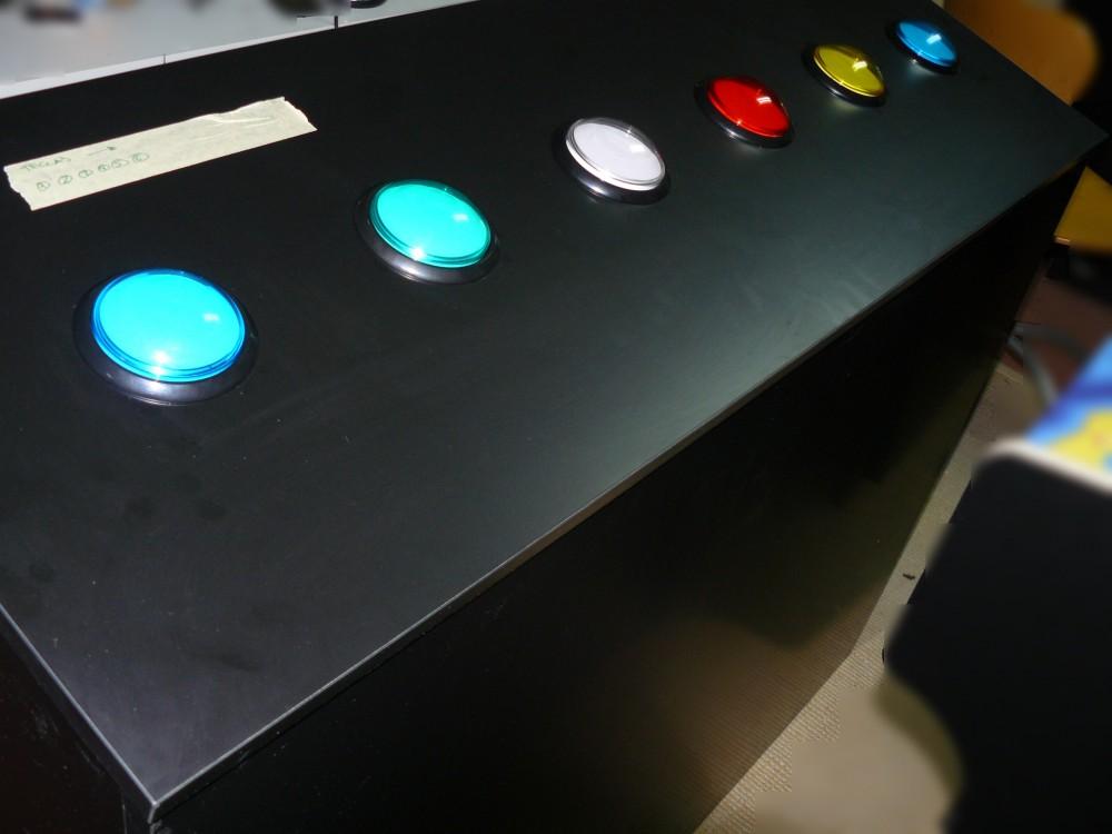 Botonera con botones tipo JUMBO en varios colores, retroiluminados y resistentes a golpes