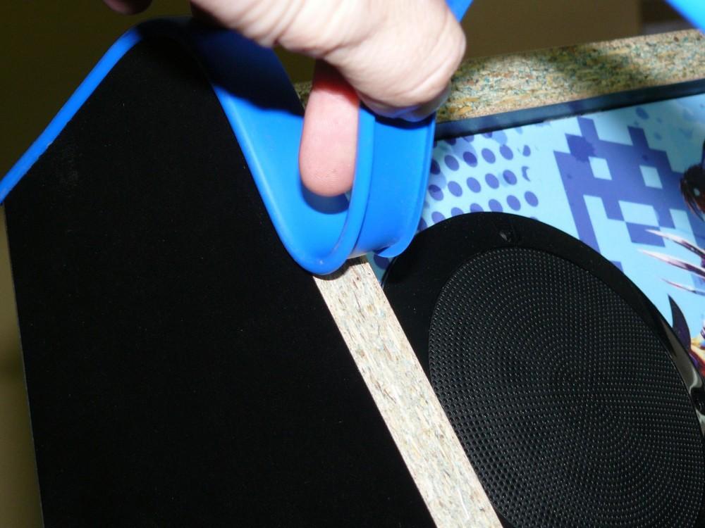 DOBLA el umolding de turecre hacia atrás para abrir los laterales y encaje fácilmente