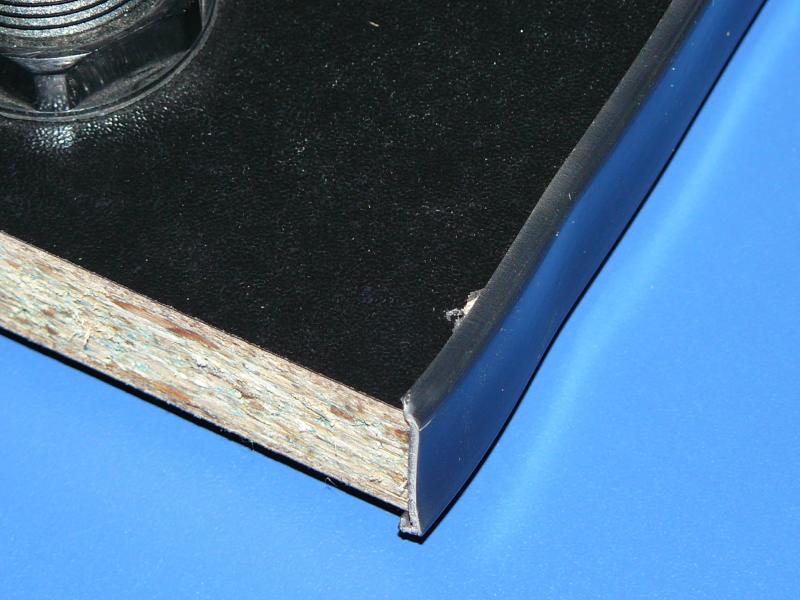 Tablero con molding barato (todavía se aprecia el desperfecto)