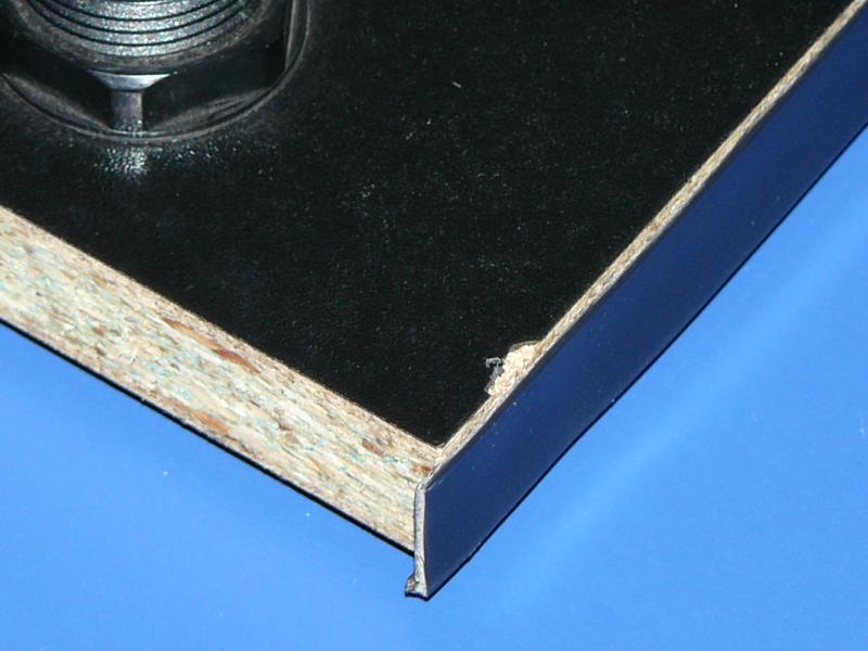 Tablero con tmolding (se aprecia el desperfecto y la madera de debajo)